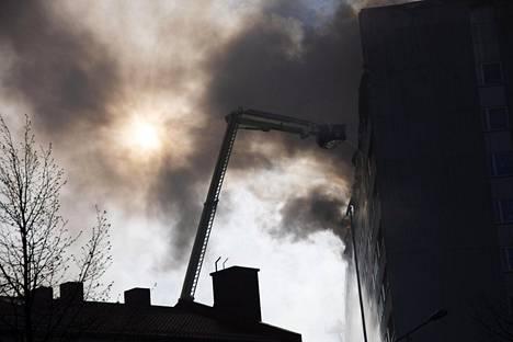 Keskuskartanon katto-/ullakkopalosta tuprutti ilmaan sankkaa savua.