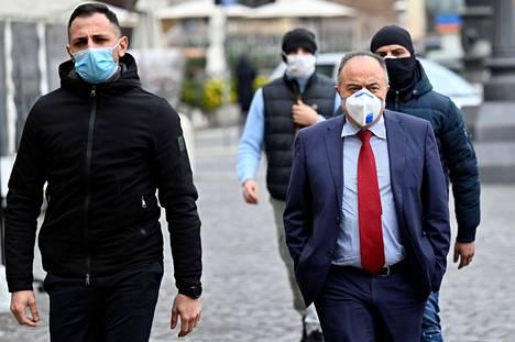Yli 30 vuotta poliisin vartioimana elänyt syyttäjä Gratteri saapui turvamiehineen tv-haastatteluun Roomassa maanantaina.