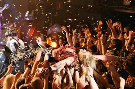 Tavastian yleisö kannatteli Michael Monroeta viimeisen Hanoi Rocks -keikan päätteeksi.