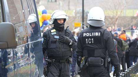 Poliisihallituksessa on varauduttu kesästä lähtien tuleviin säästötoimiin. Kuvassa poliiseja koronarajoituksia koskevassa mielenosoituksessa vappupäivänä.