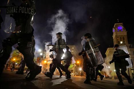 Mellakkapoliisit partioivat Louisevillen kaupungintalon edustalla keskiviikkoiltana.