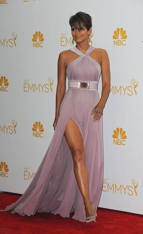 Vuoden 2014 Emmy-gaalassa Halle Berry poseerasi vaaleanpunaisessa mekossa, jossa oli todella korkea halkio.