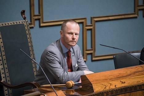 Eduskunnan toinen varapuhemies Juho Eerola sanoo, että joillakin ensimmäisen kauden kansanedustajilla on ollut ongelmia myös toisten kansanedustajien puhuttelemisessa – Eerolan mukaan toisista edustajista on saatettu käyttää esimerkiksi vain etunimeä.