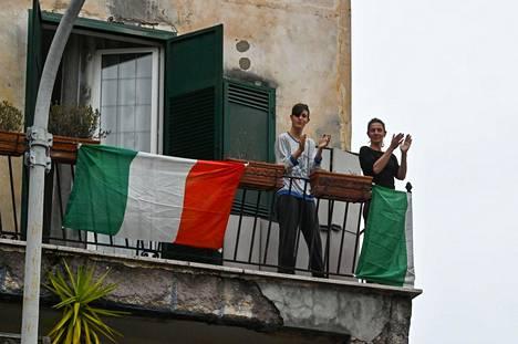 Rooman Garbatellan kaupunginosan asukkaat osallistuivat parvekkeillaan yhteislaulutempaukseen perjantaina.
