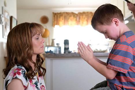 Sarjassa seurataan myös sotilaiden kotona pelossa odottavien perheiden elämää. LeAnn Volesky (Sarah Wayne Callies) johtaa perhetukiryhmää.