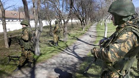 Ukrainan armeijan Bakhchisarayn yksikön luona partioi venäläisiksi arvioituja sotilaita maanantaina.