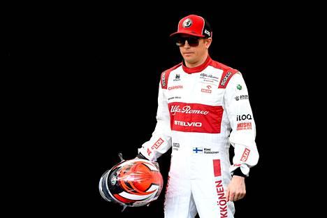 Kimi Räikkönen poistui F1-varikolta pikaisesti, kun tieto Australian GP:n peruuttamisesta kiiri hänen korviiinsa.