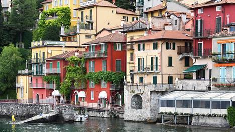 Bellagiosta pääsee lautalla vajaassa vartissa jyrkkään rinteeseen rakennettuun Varennan kylään.