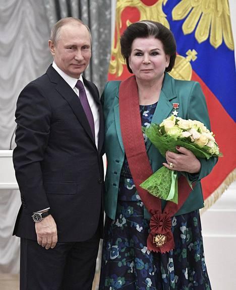 Valentina Tereshkova, 82, istuu kansanedustajana Venäjän duumassa. Vuonna 2017 Putin palkitsi Tereshkovan Kremlissä järjestetyssä seremoniassa.