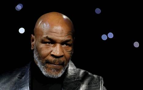 Mike Tyson uhoaa palaavansa nyrkkeilykehään.