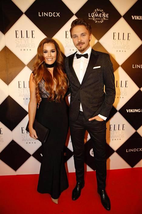 Sara Sieppi ja Roope Salminen kuvattuna Elle Style Awards -gaalassa vuonna 2016.