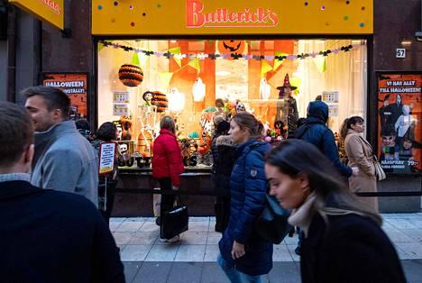 Ihmiset jonottavat Halloween-asuja myyvän kaupan edustalla Tukholman keskustassa.