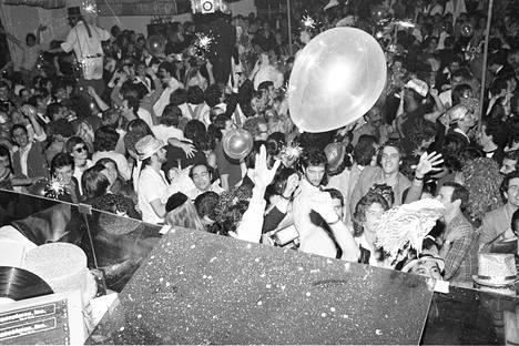 Menoa ja meininkiä Studio 54:ssä uudenvuodenjuhlissa 1978.