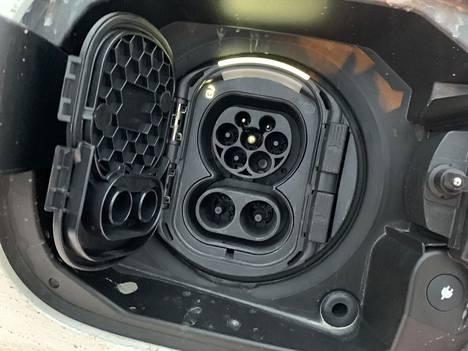 Kuvan ajoneuvoon voi liittää myös lataustapa neljän (4) mukaisen pistokkeen. Se käy selväksi latausrasian liittimen alaosasta.