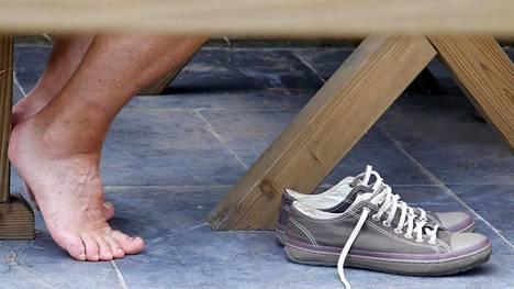 Hillitön hikoilu kuriin – 6 helppoa keinoa torpata sekä tissi- että jalkahiki