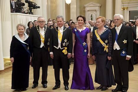 Presidentin kokoontuivat perinteiseen yhteiskuvaan itsenäisyyspäivän vastaanotolla Helsingissä 6. joulukuuta 2016. Kuvassa (vasemmalta) Eeva Ahtisaari, presidentti Martti Ahtisaari, tasavallan presidentti Sauli Niinistö, rouva Jenni Haukio, presidentti Tarja Halonen sekä Pentti Arajärvi.