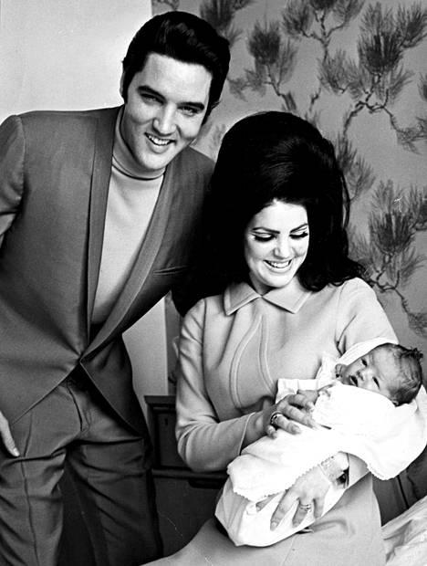 Elvis ja Priscilla Presley kuvattuna tyttärensä Lisa Marien kanssa vuonna 1968.