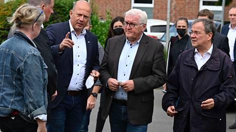 Nordrhein-Westfalenin osavaltion pääministeri Armin Laschet (oik.) ja Saksan liittopresidentti Frank-Walter Steinmeier  (2. oik.) vierailivat tulvan runtelemassa Erfstadtin kaupungissa.