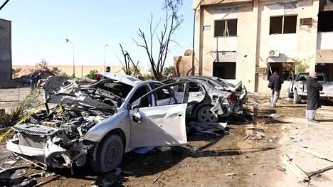 Paikalliset tarkastelivat torstaina Zlitenissa tehdyn, ainakin 50 ihmistä surmanneen itsemurhaiskun jälkiä.