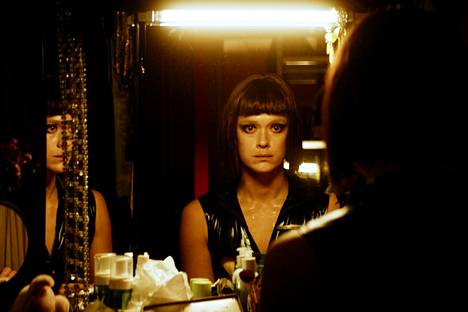 Krista Kosonen näyttelee dominaa kotimaisessa elokuvassa Koirat eivät käytä housuja, joka sai ensi-iltansa 2019 Cannesin elokuvajuhlilla.