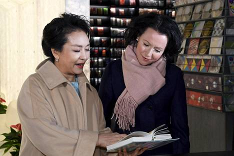 Rouva Peng Liyuan ja rouva Jenni Haukio tutustuivat kirjallisuuteen.