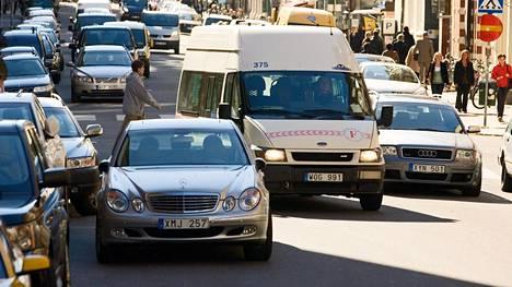 Suomalaiset ostavat nyt enemmän käytettyjä autoja Ruotsista kuin Saksasta. Yle kertoi viime viikolla, että esimerkiksi Haaparannan autoliikkeessä noin kolmasosa autoista myydään Suomen puolelle.