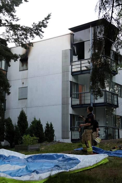 Tulipalo oli kolmekerroksisen kerrostalon ylimmässä kerroksessa.