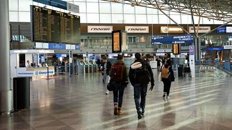 Suomalainen matkaopas listasi lomailijoiden tavallisimpia mokia lentokentällä.