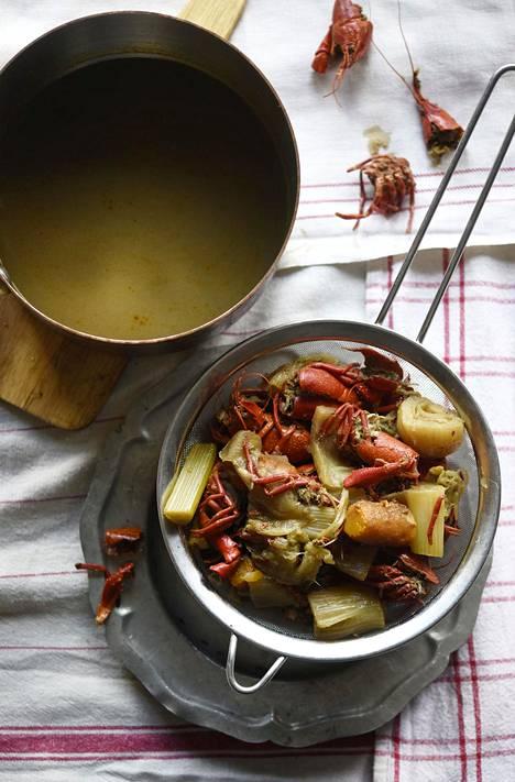 Rapujuhlien jälkeen keitetään ravunkuorista upea liemi, jonka voi pakastaa esimerkiksi lohikeittoa tai valkoviinikastiketta varten.