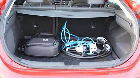 Sähköautojen hankintatuki koskisi ainoastaan täyssähköautoja ja sitä ei voisi saada päällekkäin romutuspalkkion kanssa. Kuvassa Hyundai Ioniqin takakontissa olevia latauskaapeleita.
