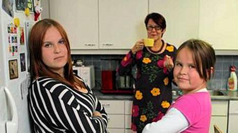 Sannakaija, Jaana ja Annakaisa saavat keittiöönsä kaapparin.