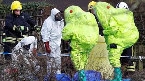 Sergei Skripal ja tämän tytär yritettiin myrkyttää Britannian Salisburyssa viime vuonna. Kuvassa tutkitaan paikkaa, josta Skripalit löydettiin.