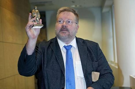 Dosentti Johan Bäckman esitteli Pronssisoturi-patsaan pienoismallia Helsingin hovioikeudessa. Bäckman oli toimittanut Arolle patsaan jäljennöksen vuonna 2015. Pronssisoturi-patsaan siirtämiseen liittynyt kiista ravisteli Viroa vuonna 2007. Venäjän epäillään organisoineen Viroa vastaan tuolloin sekä mellakoita että kyberhyökkäyksen.