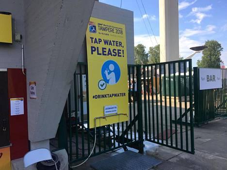 #drinktapwater -kampanja on noussut hitiksi nuorten MM-kisoissa.