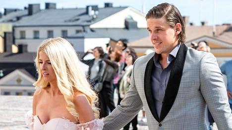 Kristen ja Erik Haula viime kesänä Mikael ja Emmi Granlundin häissä Helsingissä.