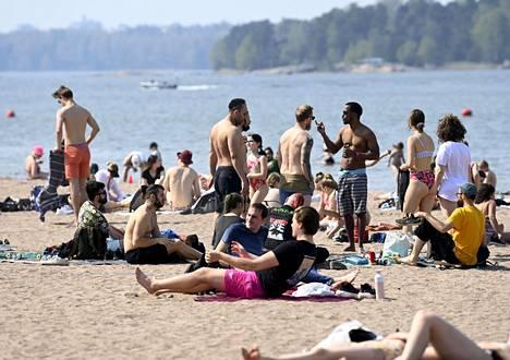Aurinkoinen sää houkutteli sankoin joukoin väkeä rannalle helatorstaina.