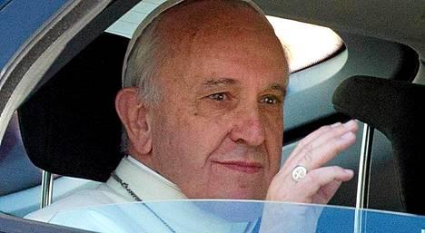 Paavi Franciscuksen epäillään käyvän kaupungilla kuutamohommissa.