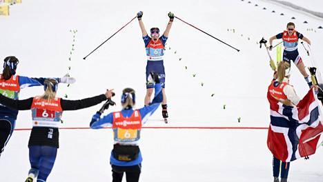 Suomen naiset tuulettivat MM-mitalia Oberstdorfissa.