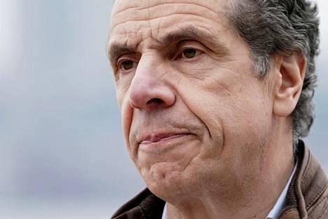 New Yorkin osavaltion kuvernööri Andrew Cuomo iloitsi tehohoidossa olevien määrän pienenemisestä.