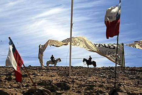 Poliisit vartioivat kaivosaluetta. 33 mainaria vanginnut sortuma tapahtui 5. elokuuta.