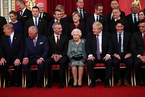 Kuningatar näytti olevan jo valmiina, kun Nato-johtajat olivat vielä asettumassa yhteiskuvaan hänen kanssaan.