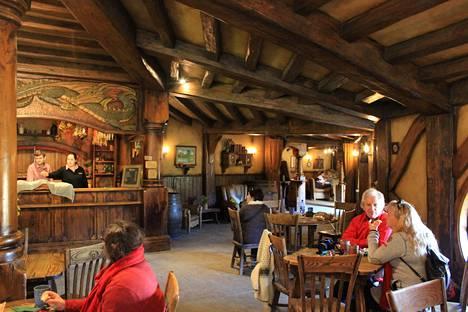 Konnussa on myös hobittikievari Green Dragon, jossa voi nauttia vaikkapa paikan päällä pantua olutta.