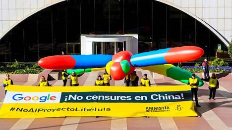 Googlen toiminnan vastustaminen on siirtynyt myös kaduille. Amnesty International järjesti protestin yhtiön Madridin-toimiston edessä tiistaina.