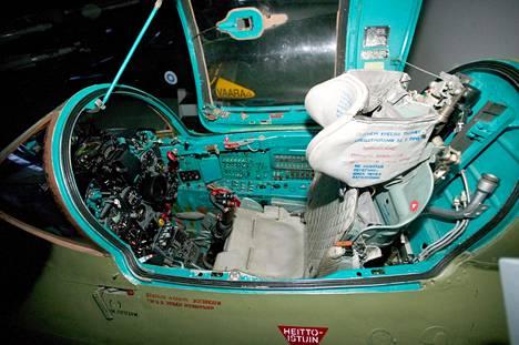 MiG-21bis-koneen ohjaamo. Oikealla heittoistuin.