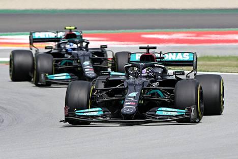 Lewis Hamilton pääsi lopulta ohi Valtteri Bottaksesta.