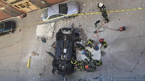 Henkilöauto putosi katolleen pysäköintilaitoksen neljännestä kerroksesta.