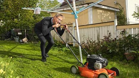 Huuhkajien päävalmentaja Markku Kanerva arkiaskareissa perjantaina. Hän leikkasi iltapäivän päätteeksi kotipihansa nurmikon.