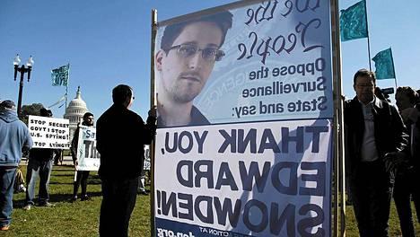 Mielenosoittajat kiittelivät tietourkinnan paljastanutta Edward Snowdenia.