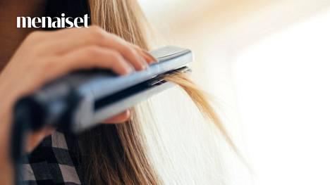 Hiusten suoristaminen kuumalla raudalla rasittaa hiusta.