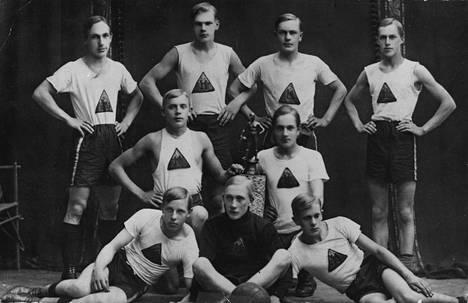 Urho Kekkonen (takarivissä 2. vas.). Kajaanin Kipinän potkupallojoukkue v. 1915. Joukkue oli juuri voittanut Kainuun piirin potkupallomestaruuden Lönnrotin kentällä.